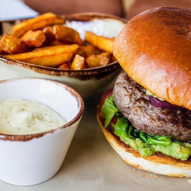 外食やコンビニ弁当中心の不規則な食生活